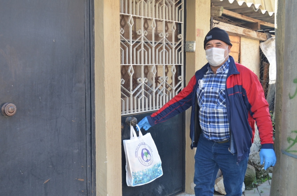 2020/11/1606143209_ahmetli_belediyesi_karantinadaki_ailelerin_yaninda_(8).jpg