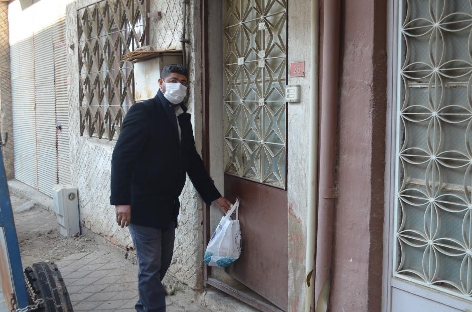 2020/11/1606143211_ahmetli_belediyesi_karantinadaki_ailelerin_yaninda_(9).jpg