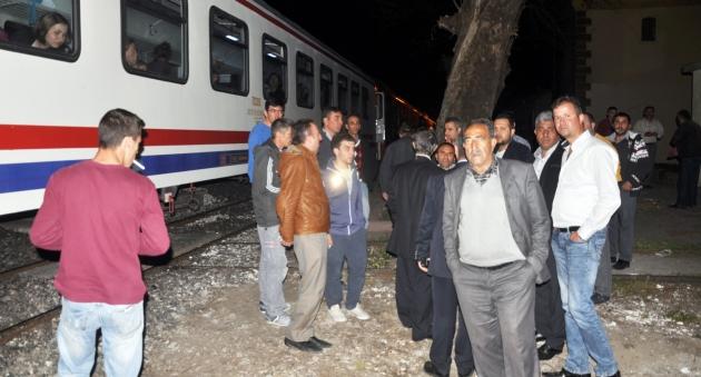 Tren taşlandı, makinist yaralandı