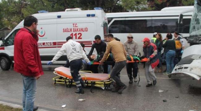 Şerit ihlali yapan TIR, tur midibüsüne çarptı: 21 yaralı