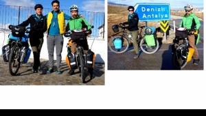 Bisiklet tutkunu iki arkadaş, turu eylül ayında Çin'de tamamlayacaklarını söyledi.