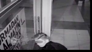 Maket cep telefonlarını çalan genci babası polise teslim etti