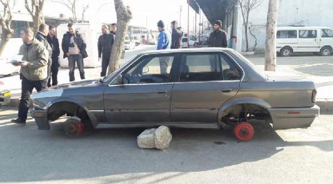 Tamirhane önündeki otomobilin lastikleri çalındı