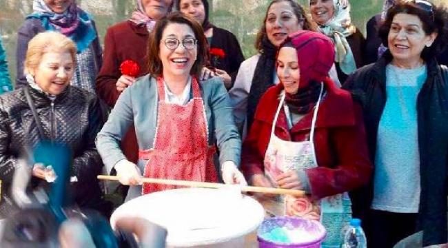 CHP'li Biçer hamur açtı, gözleme yaparak sattı