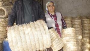 Saman sapından yaptığı kapı çelenklerini ihraç ediyor