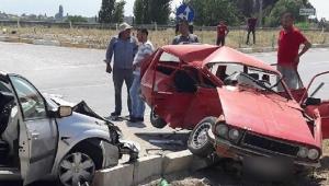 Kavşakta iki otomobil çarpıştı: 1 ölü, 5 yaralı