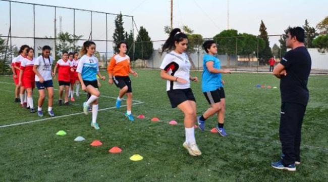 Genç kızlar futbol sayesinde sosyal yaşama katılıyor