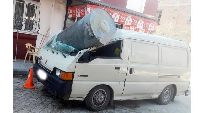 Su deposu minibüsün üzerine düştü, faciadan dönüldü