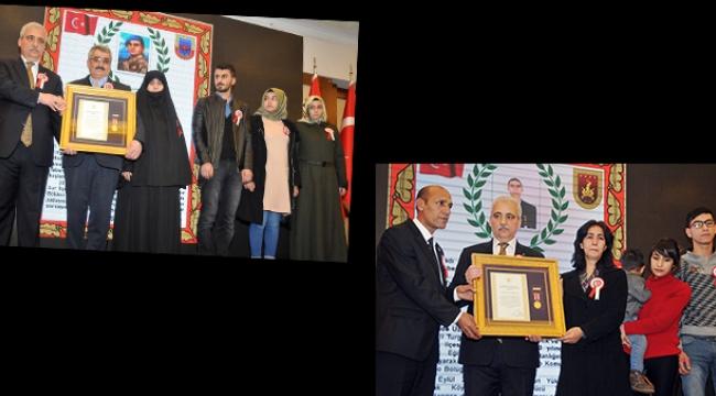 Turgutlu şehitleri Artuğ ve Şahin'in ailelerine devlet övünç madalyası
