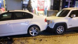İki araç çarpıştı, araçlar zarar gördü. VİDEO