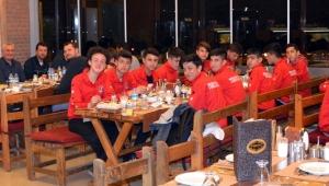 Sporcu babasından U15 takımına galibiyet yemeği jesti