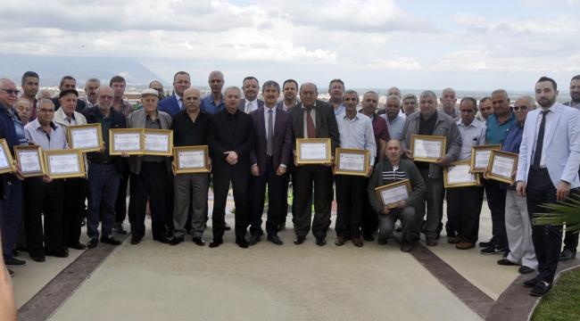 Başkan Vatansever'den 25-30 yıllık esnaflara teşekkür belgesi