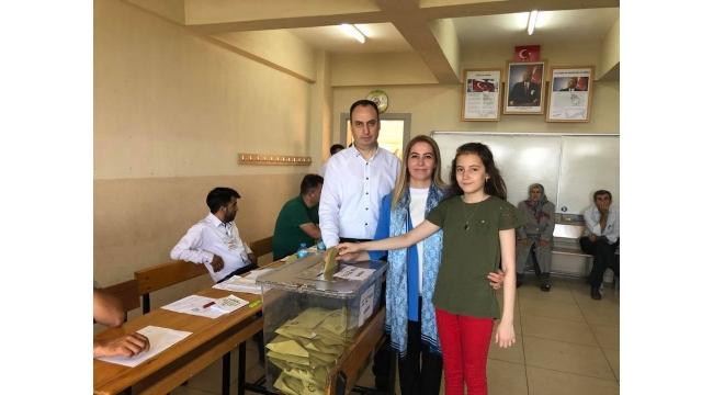Ak Parti'li Güzide İçen Kasap ailesiyle sandığa gitti