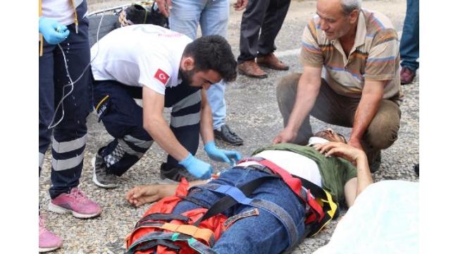 Motosiklet ile ticari araç çarpıştı: 1 ölü, 1 yaralı