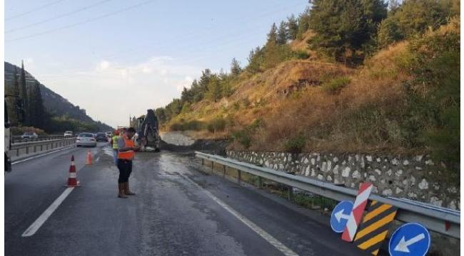Toprak kayması nedeniyle karayolunun bir şeridi kapandı