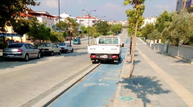Bisiklet yoluna park eden araçlara tepki büyüyor