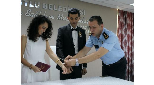 Emniyet müdürü nikahta kelepçe taktı