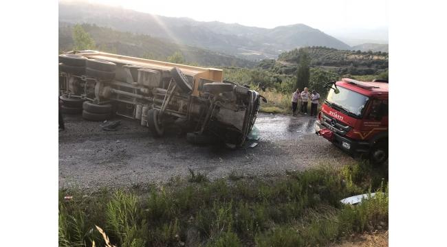 Kamyon devrildi, sürücüsü yaralandı