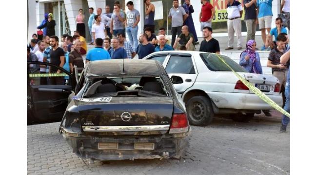 Otomobil kaldırımda yürüyen anne ve kızına çarptı: 2 ölü