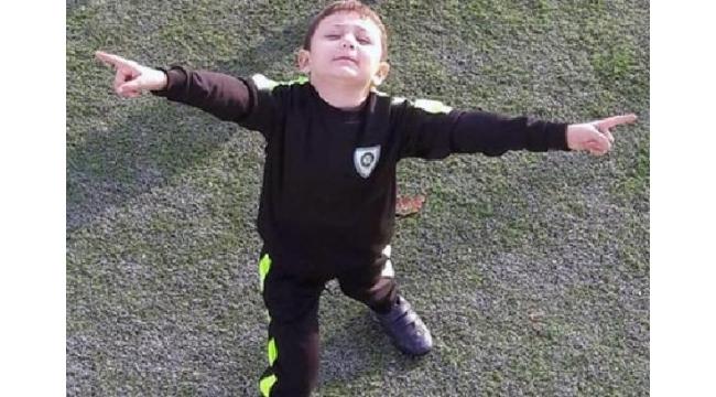 Küçük futbolcu kale direği kurbanı