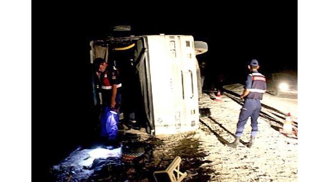 Üzüm işçilerini taşıyan otobüs devrildi: 32 yaralı