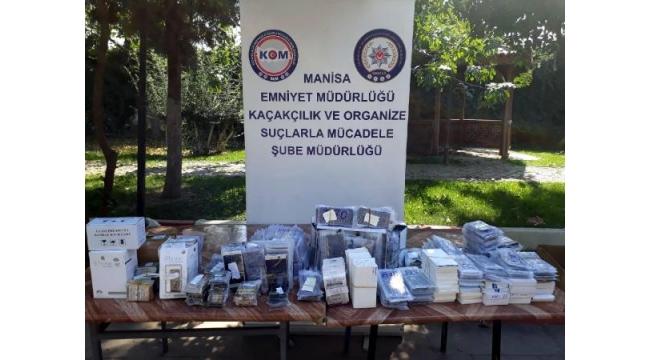 Turgutlu'da kaçak telefon ekranları ele geçirildi