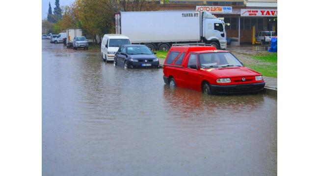 Turgutlu'da sağanak, su baskınlarına neden oldu