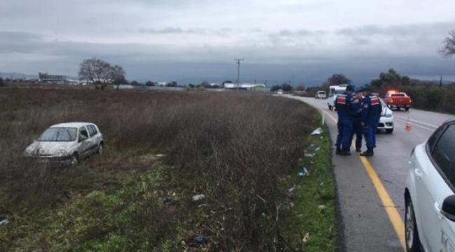 Takla atarak tarlaya uçan otomobildeki karı-koca yaralandı