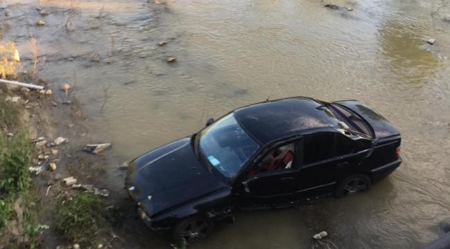 Sürücünün tansiyonu düştü, otomobil çaya uçtu: 2 yaralı VİDEO
