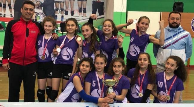 Şadi Turgutlu Ortaokulu küçük kızlar voleybolda Manisa şampiyonu