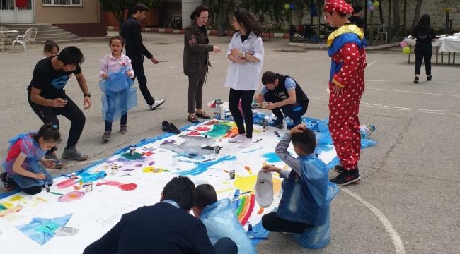 'Tutuşun geleceğe' ekibi çocukları sevindirdi