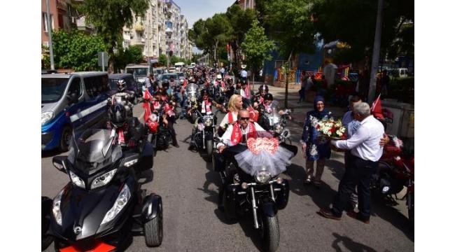 19 Mayıs'ın 100'üncü yılında evlenip, 100 motosikletle tur attılar