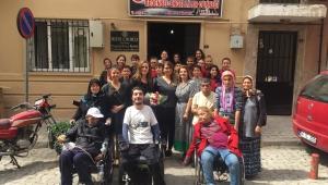 Kermes geliriyle alınan tekerlekli sandalyeleri derneğe bağışladılar