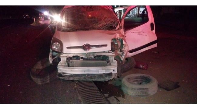 Otomobil akaryakıt istasyonu tabelasına çarptı: 1 yaralı