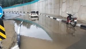 Dolu ve yağmur aniden bastırdı, vatandaşlar zor anlar yaşadı - VİDEO