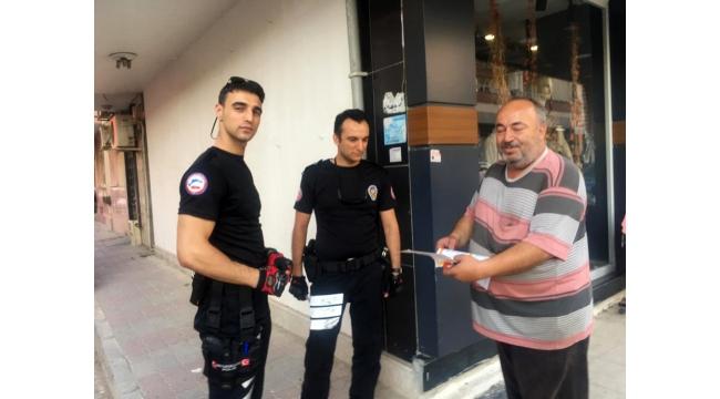 Düşürülen karne ve onur belgesini bulan polis, öğrencinin evine teslim etti
