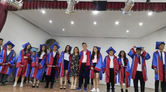 Gazi Ortaokulunda 8.sınıf öğrencilerinin mezuniyet sevinci