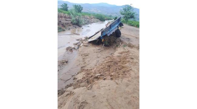 Sel suları 2 traktörü yuttu