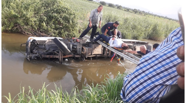Sulama kanalına devrilen kamyonetteki 2 kişikurtarıldı