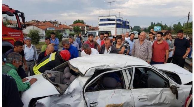 Kavşakta TIR otomobil ile çarpıştı: 1 ölü, 2 yaralı