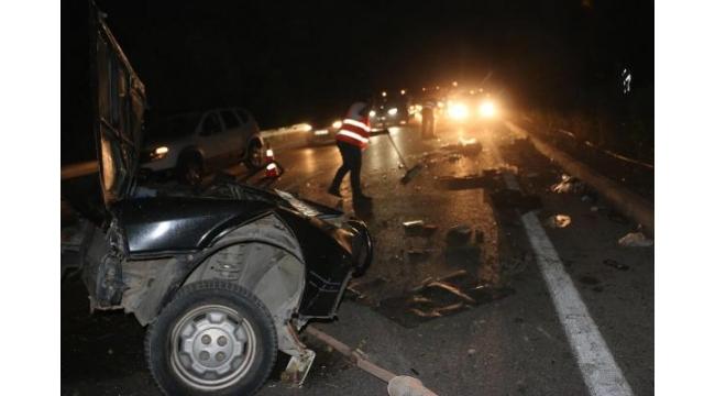 Zincirleme kazada otomobil ikiye bölündü: 3 yaralı