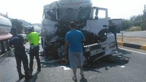 Kamyona arkadan çarpan TIR şoförü yaralandı