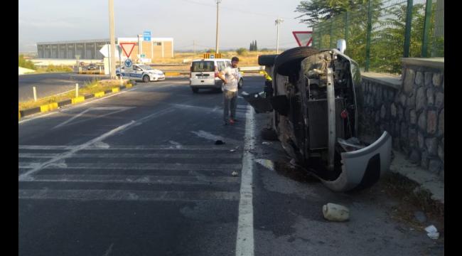 Otomobil kavşakta duvara çarpıp yan yattı: 2 yaralı