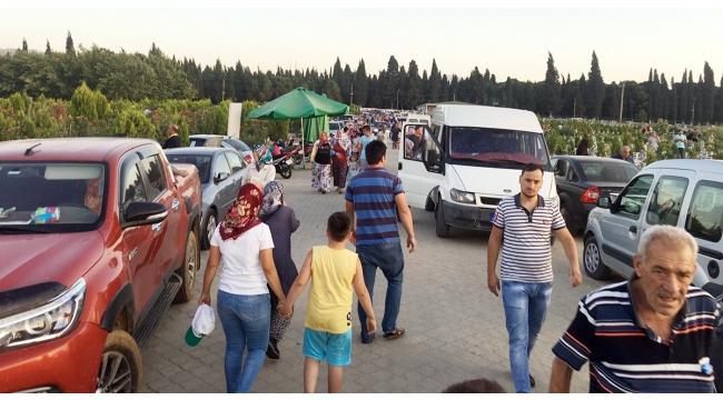 Şehit yakınları ve vatandaşlar mezarlıklara akın etti