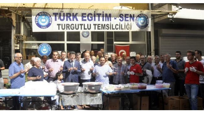 Turgutlu'da Türk Eğitim-Sen 2 bin kişilik aşure dağıttı