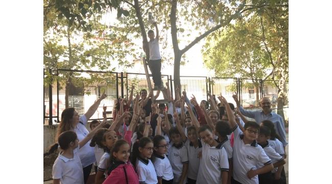 Öğrenciler kuşlar için yaptıkları yemlikleri ağaçlara astı