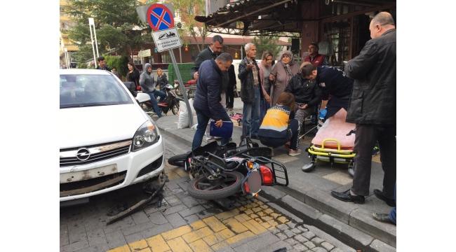 Dikkatsizce sollama yapan otomobil ile motosiklet çarpıştı: 1 yaralı