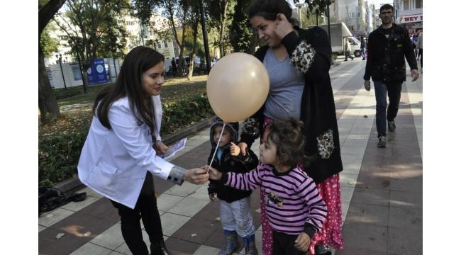 İlçe Sağlık Müdürlüğü çocukları balonla sevindirdi
