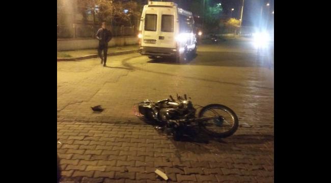 Belediye minibüsü ile motosiklet çarpıştı: 2 yaralı