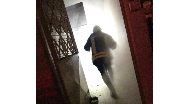 Elektrik panosu yangını apartman sakinlerini korkuttu